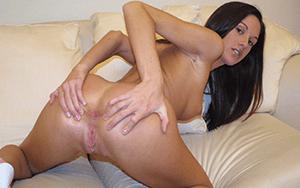 Sexy Frau zeigt ihre rasierte Arschfotze